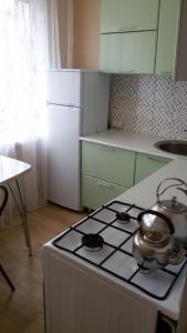 Кухня или мини-кухня в Apartment on Stroiteley