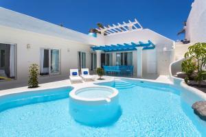 Het zwembad bij of vlak bij Villa Clara