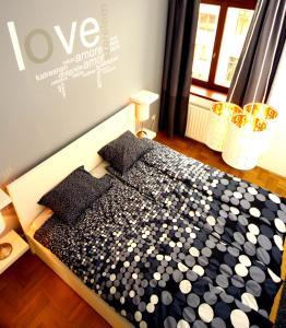 מיטה או מיטות בחדר ב-Gozsdu Apartment