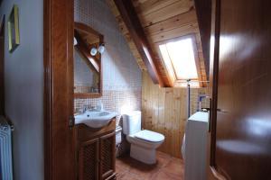 Un baño de Apartamentos Miguelo, C.B