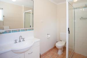 A bathroom at City Beach Holiday House