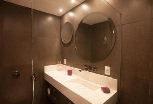 A bathroom at The Place Leblon