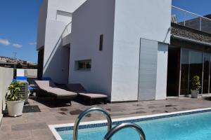 The swimming pool at or close to Villa El Duque