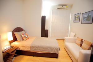A bed or beds in a room at 3 Bedroom Apartment at Sukhumvit