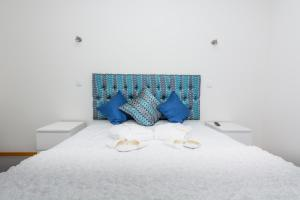 A bed or beds in a room at S. Thomé Apts