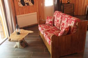 Coin salon dans l'établissement L'isba des bois, hors du temps