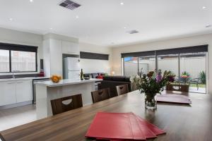 A kitchen or kitchenette at Villa Maxweld - Melbourne