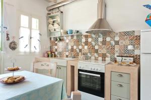 A kitchen or kitchenette at Skaris Homes