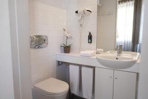 A bathroom at Sao Domingos by Oporto Tourist Apartments