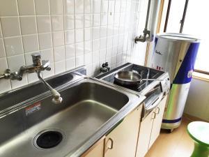 トゥーレイト ゲストハウス富山にあるキッチンまたは簡易キッチン
