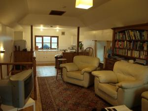 The lounge or bar area at Rath Cottage