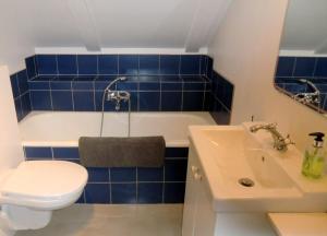A bathroom at The Old Harbour Apartment Reykjavík