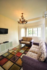 A seating area at Silverstar Apartments @ Greenhill Resort