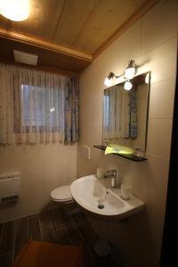 Ein Badezimmer in der Unterkunft Appartement Gorgasser im Berghaus Glockner