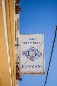 Et logo, certifikat, skilt eller en pris der bliver vist frem på Résidence Louzani