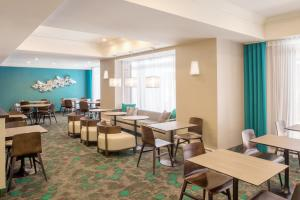A restaurant or other place to eat at SpringHill Suites by Marriott Vieux-Montréal / Old Montreal