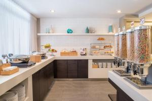 A kitchen or kitchenette at SpringHill Suites by Marriott Vieux-Montréal / Old Montreal