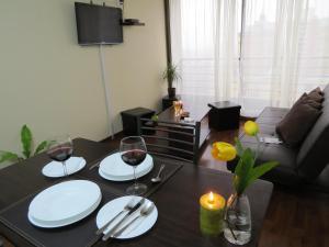 Un restaurante o sitio para comer en Apartments Bellas Artes