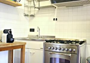 A kitchen or kitchenette at Cool Apartments Venice