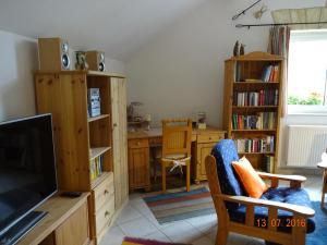 Ein Sitzbereich in der Unterkunft Ferienwohnung Hermannstein
