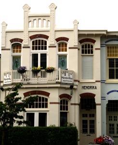 De façade/entree van Hendrika Apartments