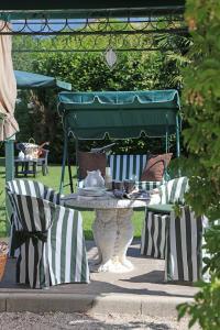 A restaurant or other place to eat at Corte degli Olivi Appartamenti