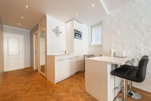 A kitchen or kitchenette at Delta Apartments Old Town Family