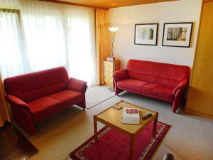 Ein Sitzbereich in der Unterkunft Apartment Parkhotel Arvenbühl.3