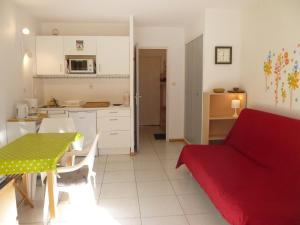 A kitchen or kitchenette at Apartment Les Aigues Marines.36