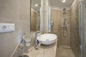 A bathroom at Apartments Sand Beach