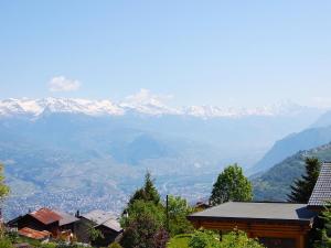Ein allgemeiner Bergblick oder ein Berglick von des Ferienhauses aus