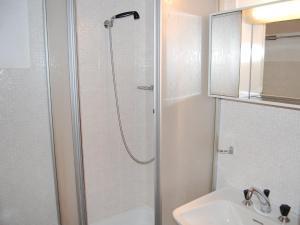 Ein Badezimmer in der Unterkunft Apartment Bouleaux E5