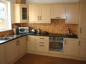 A kitchen or kitchenette at Holiday Home Ballyhass Lakes.1