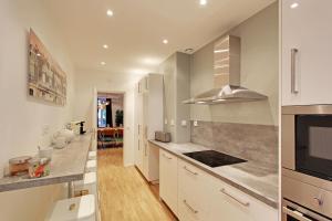 ครัวหรือมุมครัวของ Pick a Flat - Champs Elysees / Percier Apartment