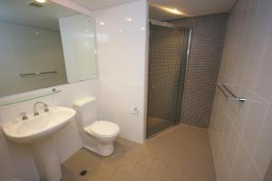 A bathroom at Castle Hill Self-Contained Modern Three-Bedroom Apartment (503 PEN)