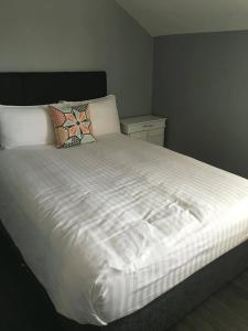 A bed or beds in a room at Dingle Town Center Apartment
