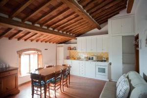 A kitchen or kitchenette at La Casina di Cianella