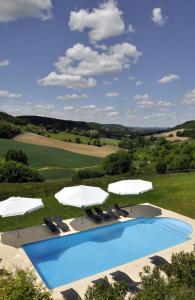 Vue sur la piscine de l'établissement Gîtes Le Relais de Roquefereau ou sur une piscine à proximité