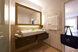 A bathroom at Apart Hotel Legendär