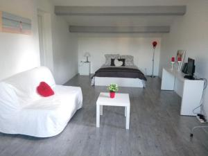 A bed or beds in a room at Marseille et sa Campagne Chic