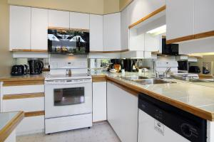 A kitchen or kitchenette at Snowbird by Elevate Vacations