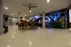 The lounge or bar area at Villa Seratus