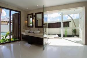 A bathroom at Villa Seratus