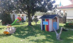 Rotaļu zona bērniem naktsmītnē Accogliente Villetta Con Giardino