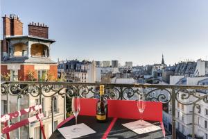 Ein Balkon oder eine Terrasse in der Unterkunft Bright with Stunning views of Paris by GuestReady