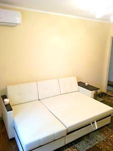 A bed or beds in a room at Apartment Vistavochnaya