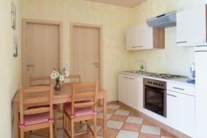 Een keuken of kitchenette bij Pension Sieg