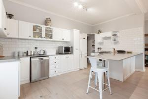A kitchen or kitchenette at The Cove