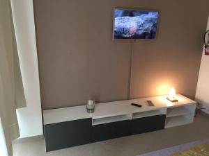 Una televisión o centro de entretenimiento en Vista Al Lago Apartments