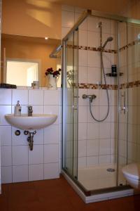 Ein Badezimmer in der Unterkunft Fährhaus Gruna